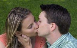 夫妇亲吻 图库摄影