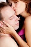 夫妇亲吻 免版税图库摄影