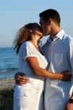 年轻夫妇亲吻。 库存照片