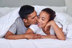 夫妇亲吻卧室 图库摄影