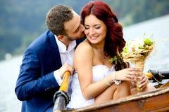 夫妇亲吻的婚礼年轻人 免版税库存照片