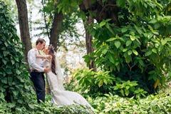 夫妇亲吻的婚礼 免版税库存图片