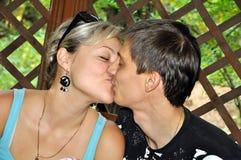 夫妇亲吻的爱 免版税库存照片