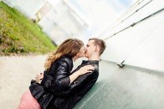夫妇亲吻的年轻人 订婚会议 免版税库存图片