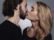 夫妇亲吻 美丽的妇女和英俊的人 可爱的男孩和女孩 免版税库存照片
