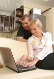 夫妇人微笑的沙发 免版税图库摄影