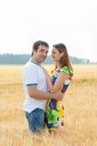 年轻夫妇人拥抱 免版税库存照片