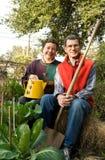 夫妇从事园艺的冬天 图库摄影
