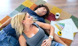 夫妇休息的说谎在地毯 免版税库存图片