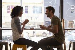 夫妇会议为在咖啡店的日期 免版税库存图片