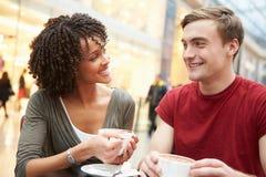 年轻夫妇会议关于在咖啡馆的日期 库存图片