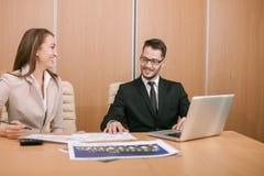 夫妇会议在办公室 库存照片