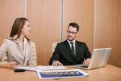 夫妇会议在办公室 库存图片