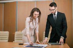 夫妇会议在办公室 免版税库存照片
