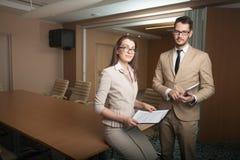 夫妇会议在办公室 免版税库存图片