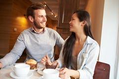 夫妇会议在繁忙的咖啡馆餐馆 库存图片