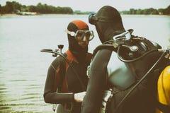 夫妇佩带的潜水用具在水中 免版税库存图片