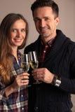 夫妇使叮当响的杯香槟 免版税库存照片