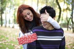 夫妇使年轻人惊奇 免版税库存照片