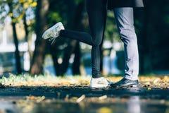 夫妇供以人员和在爱的妇女脚 愉快的年轻家庭观念 与自然的生活方式在背景 免版税库存图片