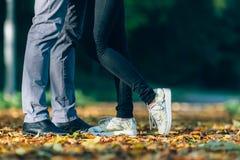 夫妇供以人员和在爱的妇女脚 愉快的年轻家庭观念 与自然的生活方式在背景 免版税库存照片