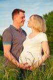 夫妇停放怀孕 库存照片