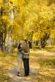 夫妇停放走的年轻人 免版税图库摄影
