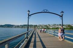 夫妇停留在海边散步的浪漫片刻 免版税图库摄影