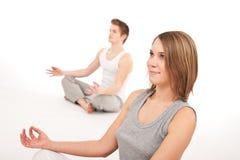 夫妇健身健康位置瑜伽年轻人 免版税库存图片