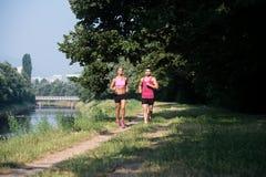 夫妇健身跑步的锻炼健康概念 库存图片
