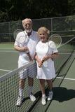 夫妇充分的高级网球视图 免版税库存照片