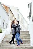 年轻夫妇全长画象在爱的 免版税库存图片