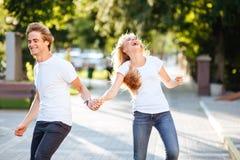 夫妇公园微笑 免版税库存照片