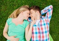 夫妇公园微笑 免版税库存图片