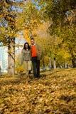 夫妇公园走的年轻人 免版税图库摄影