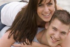 夫妇分享在海滩的浪漫片刻 图库摄影