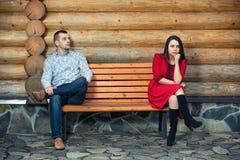 夫妇分开坐长凳 库存照片