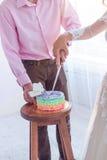 夫妇切开蛋糕 免版税库存照片