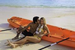 夫妇划皮船他们的年轻人 免版税库存图片