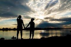 夫妇剪影在日落的 库存照片