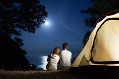 夫妇剪影在月亮晚上 图库摄影