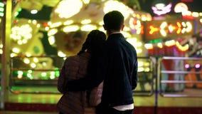 夫妇剪影,站立回到照相机和吸引力观看的自转在游乐园 恋人 影视素材