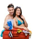 夫妇包装手提箱并且试穿旅行的衣物 免版税库存图片