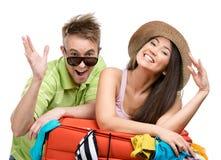 夫妇包装有衣物的手提箱旅行的 免版税图库摄影