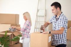 夫妇包装移动的箱子 免版税库存照片