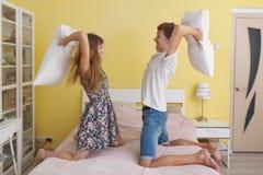 年轻夫妇十几岁,枕头战 库存图片