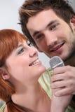 夫妇卡拉OK演唱唱歌 免版税库存图片