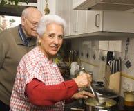 夫妇厨房前辈 免版税库存图片