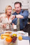 夫妇厨房延迟工作 图库摄影