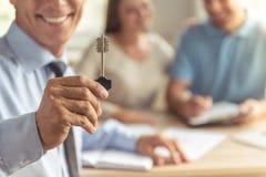 夫妇参观的地产商 免版税库存照片
